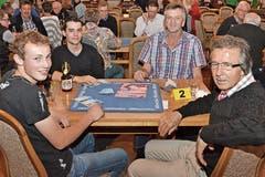 Schüpfheim: Ernst Marti (r.) sprang am Tisch mit (v. l.) Kilian Roos, Yannik Gisel und Dominik Unterfinger ein. (Bild: Claudia Surek)