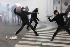 Auch das ist die Expo Milan: Aktivisten werfen Steine und andere Gegenstände auf die Polizisten. Sie demonstrierten gegen die Weltausstellung. (Bild: Riccardo De luca)
