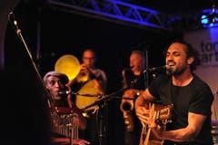 """William White brachte mit seiner Band Reggae-Feeling in den """"Schlüssel""""-Saal. (Bild: Urs Hanhart / Neue UZ)"""