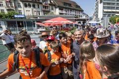 Bundespräsident Didier Burkhalter mit Jugendlichen der Stiftung für junge Auslandschweizer in Brunnen. (Bild: Keystone)