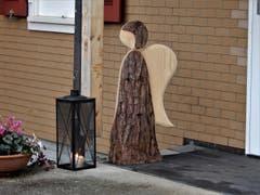 """""""Engel kann man nicht sehen, aber jeden Tag spüren"""" ! So ein schönes Holz-Engeli kann man aber nicht übersehen. (Bild: Margrith Imhof-Röthlin)"""