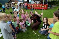 Seenachtsfest Lungern: Zauberer Bindli verzaubert die Kinder. (Bild: Robert Hess / Neue OZ)