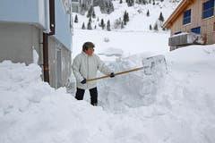 Dora Baumann beim Schneeräumen. (Bild: Philipp Schmidli/Neue LZ)