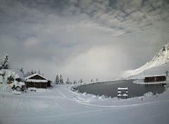 Tolles Winter-Panorama: Der Härzlisee in Brunni oberhalb von Engelberg. (Bild: Webcam)