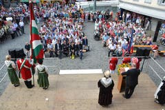 Bereits kurz nach 11 Uhr fand sich eine grosse Menschenmenge zur 1.-August- Rede des Visper Stadtpräsidenten Niklaus Furger auf dem Altdorfer Rathausplatz ein. (Bild: Bruno Arnold / Neue UZ)