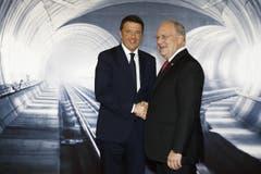 Hohe Ehrengäste: Bundespräsident Johann Schneider-Ammann posiert mit Italiens Premierminister Matteo Renzi vor eine Tunnel-Kulisse (also nicht wirklich im Tunnel). (Bild: Keystone / Peter Klaunzer / Pool)