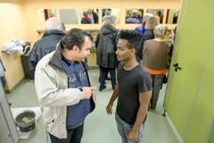Marco Fellmann (links) spricht mit Tesfit Ghide. (Bild: Philipp Schmidli)
