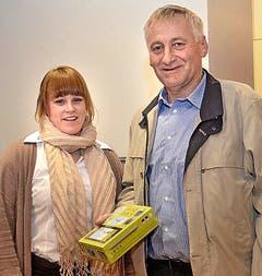 Willi Schöpfer mit Glücksfee Nathalie Howald. (Bild: Claudia Surek)