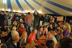 Seenachtsfest Lungern: ChueLee verbreiten eine Riesenstimmung im grossen Festzelt. (Bild: Robert Hess / Neue OZ)