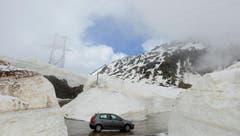 Meterhohe Schneemassen am 23. Mai bei der Eröffnung des Gotthardpasses. (Bild: Keystone)