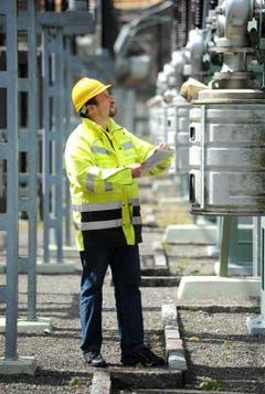 Thomas Furger kontroliert die Freiluftschaltanlage beim Kraftwerk. (Bild: Eveline Beerkircher / Neue LZ)