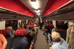 Im Eröffnungszug: Das Wort hat der Zugbegleiter. (Bild: Keystone / Epa / Christian Beutler)