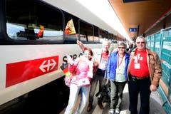 Gewinner einer Fahrkarte für die Mitfahrt im ersten Passagierzug durch den Tunnel steigen ein. (Bild: Keystone / Urs Flüeler)