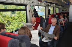"""Hans Andermatt aus Kriens (am Fenster) und Bernd Kretschner (rechts) aus Einsiedeln bei der Lektüre der """"Luzerner Zeitung"""". (Bild: Antonio Russo)"""