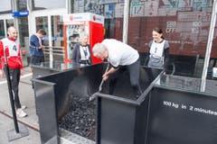 Matthijs Ouwerkerk beim Kohlenschaufeln. (Bild: Oscar Alessio)