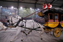 Zeugen einer anderen Transport-Ära galoppieren durch das Festzelt. (Bild: Keystone / Peter Klaunzer / Pool)