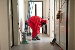 Die Arbeiter bei den Vorbereitungen. (Bild: Boris Bürgisser/ Neue LZ)