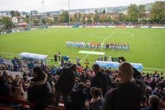 Die Teams kurz vor dem Anpfiff. (Bild: Maria Schmid)