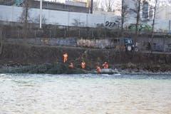 Arbeiter verankern die Bäume mit Stahlseilen. (Bild: Manuela Jans / Neue LZ)