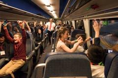 Dieses Abteil im Zug nach Bellinzona haben Schulkinder in Beschlag genommen. (Bild: Keystone / Epa / Christian Beutler)