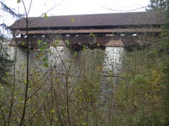 Alte Brückenbaukunst bei der 300 jährigen Rothenburgerbrücke. Sie war früher, wie bei den meisten Flussübergängen, ein Zollposten. (Bild: Hans Scheidegger)