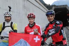 René Zimmermann (links), Linda Indergand (rechts) und Reto Indergand vor dem Start zu ihrem Abschnitt. (Bild: Urs Hanhart / Neue UZ)