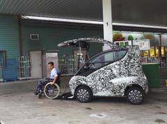Hallo, habe an der Tankstelle in Pfäffikon ein seltsames Auto entdeckt. Dieses erinnert stark an einen neuen Prototypen von Smart. Falls es so wäre, dann finde ich es super, dass diese Firma auch etwas für Menschen unternimmt, welche es nicht so einfach im Leben haben. (Bild: Peter Zdrahal)