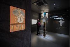 Besucher des Schweizer Pavillions schauen sich die Ausstellung «Spiritio Basilea» an. Diese wurde gesponsert von Syngenta. (Bild: SAMUEL GOLAY/TI-PRESS)