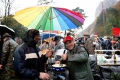Fonduegenuss unter dem Regenschirm. (Bild: Keystone)