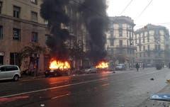 Autos wurden von den Demonstranten angezündet, als sich die Aktivisten und die Polizei während der Demonstration aneinander gerieten. (Bild: SALVATORE GARZILLO)