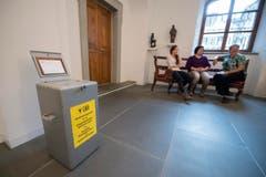 Stunden zuvor in den Abstimmungslokalen der Gemeinden - wie hier in Isenthal. Warten auf die letzten Wähler. (Bild: Keystone/Urs Flüeler)