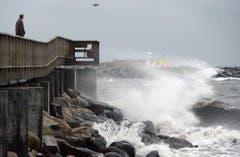 """Die starken Wellen sind ein Vorgeschmack auf das, was """"Xaver"""" noch anrichten könnte, hier im schwedischen Ystad. (Bild: Keystone)"""