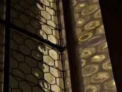 """Noch ist das Rätsel nicht gelöst, warum sehen die """"Puzzle-Fenster"""" in der Magdalenenkirche in Meggen durch den Lichteinfall an der Wand plötzlich so verändert aus? (Bild: Margrith Imhof-Röthlin)"""