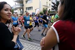 Der Aegeriseelauf mit vielen Teilnehmern im Bild vor dem Start Läufer. (Bild: Werner Schelbert (Neue ZZ))