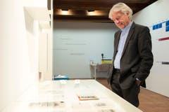 Emil Steinberger sieht sich Ausstellungsstücke an. (Bild: Keystone)