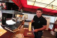 1. August in Engelberg: Christian Schneider beim Zubereiten von Raclette. (Bild: Roger Zbinden)