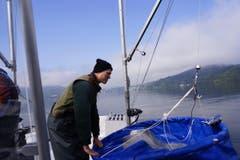 Felix Ammann wirft einen prüfenden Blick auf die Planktonnetze. (Bild: Raphael Biermayr / Neue ZZ)