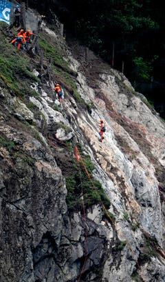 Aufräumen am Fels. (Bild: Nadia Schärli/Neue LZ)