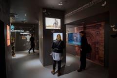 Im Schweizer Pavillon betrachten Besucher die Subausstellung, Spiritio Basilea im Pavillon rossocrociato, am Freitag, 1. Mai 2015, in Mailand, Italien. (Bild: SAMUEL GOLAY)