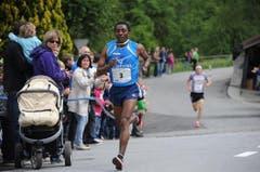 Der Afrikaner Kadi Nesero setzte auf der Startstrecke den Massstab. (Bild: Urs Hanhart / Neue UZ)