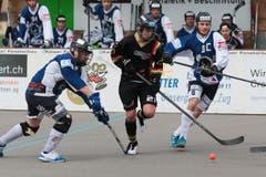 Oberwils Tim Müller (mitte) gegen die Grenchner Beat Isch (links) und Nick Eggen. (Bild: Roger Zbinden / Neue ZZ)