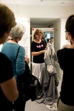 Das Luzerner Theater feiert sein 175 Jahre Jubiläum. Im Bild Ulrike Scheiderer (schwarzes Shirt) zeigt die Kleider. (Bild: Corinne Glanzmann)