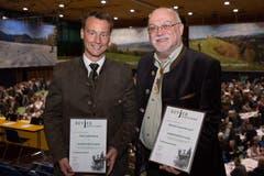 Timo Salvisberg, Ebikon (links) und Ruedi Lustenberger, Romoos wurden mit der Ehrenmitgliedschaft ausgezeichnet. (Bild: Ramona Meyer-Stöckli)