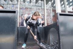 Anita Ouwerkerk beim Kohlenschaufeln. (Bild: Oscar Alessio)