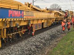 Mit einem etwa 200 Meter langen Maschinenzug werden die Schienen angehoben, die Schrauben von den Arbeitern gelöst, die Schwellen ausgewechselt, die Schrauben wieder montiert - sehr eindrücklich! (Bild: Helene Gosswiler)
