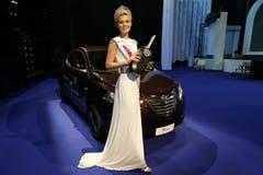 Die neue Miss erhält ein Auto eines Sponsors. (Bild: Keystone)