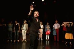 Kleintheater Luzern feiert sein Eröffnungsfest. Im Bild vorne Dominik Kaschke; er führt durch das Theater. (Bild: Corinne Glanzmann)