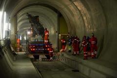 02.04.2013: Ein Teil der 450 Arbeiter, welche die restlichen bahntechnischen Anlagen fertigstellen. (Bild: Keystone)