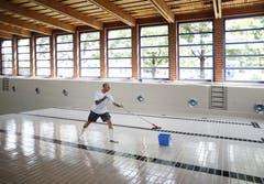 Bademeister Erwin Wöber schrubbt den Boden des Beckens im Hallenbad Röhrliberg. (Bild: Stefan Kaiser (Neue ZZ))