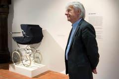 """Emil Steinberger posiert vor dem legendären """"Schwedenmodell"""". (Bild: Keysstone)"""